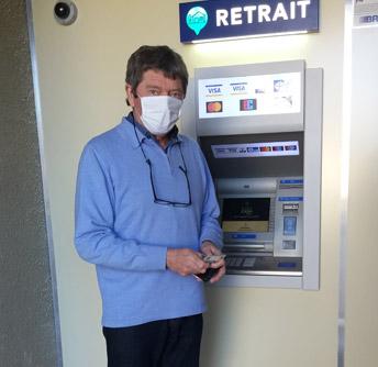 Premier retrait : Mr le Maire inaugure le distributeur de billets