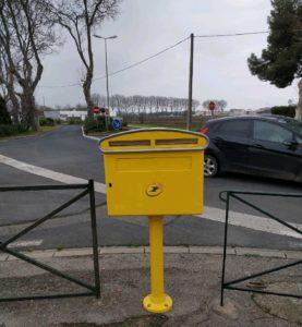 La boite aux lettres revient à l'entrée du village